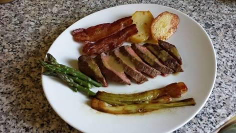 Tagliata con salsa al Nebbiolo. Contorno di asparagi, cipollotto al balsamico e patate al bacon.